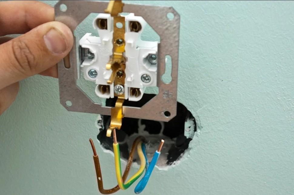 Требуется силовая розетка с 3-жильным кабелем сечением не менее 6 мм.кв. Вилка для нее оснащена мощными плоскими контактами, способными выдержать рабочий ток и довольно сильный нагрев