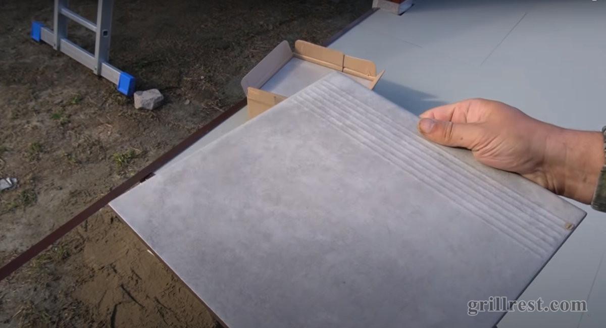 Для ступеней понадобится несколько пачек керамогранита с рельефом