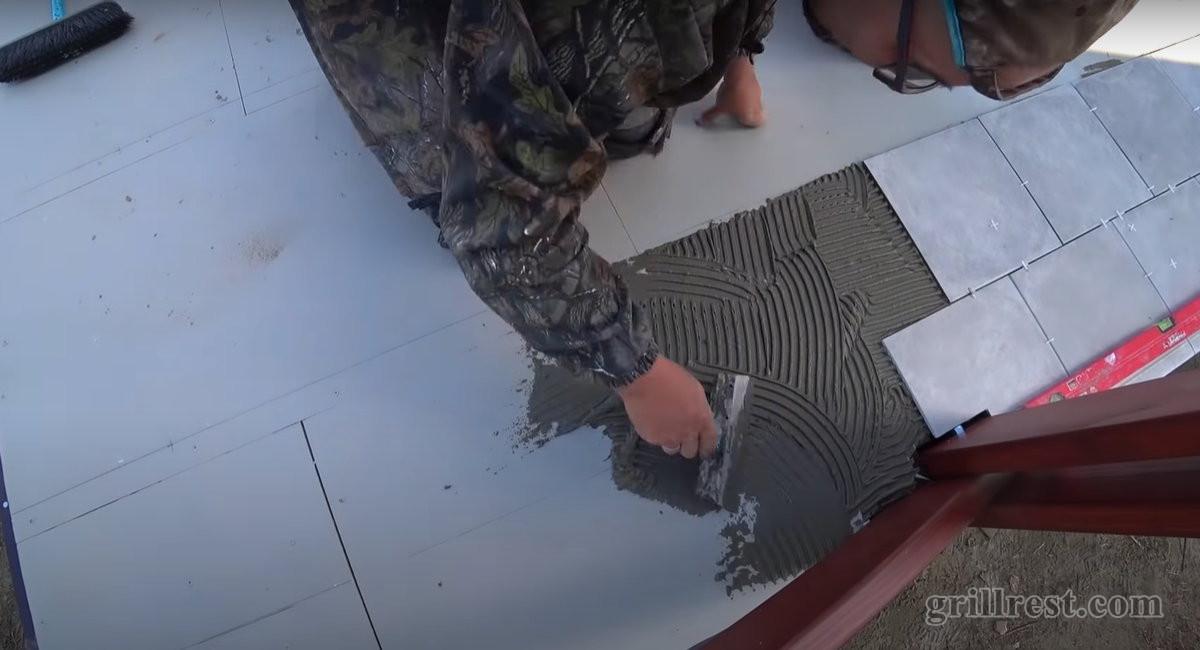 Плитки укладываются в ряд вплотную друг к другу