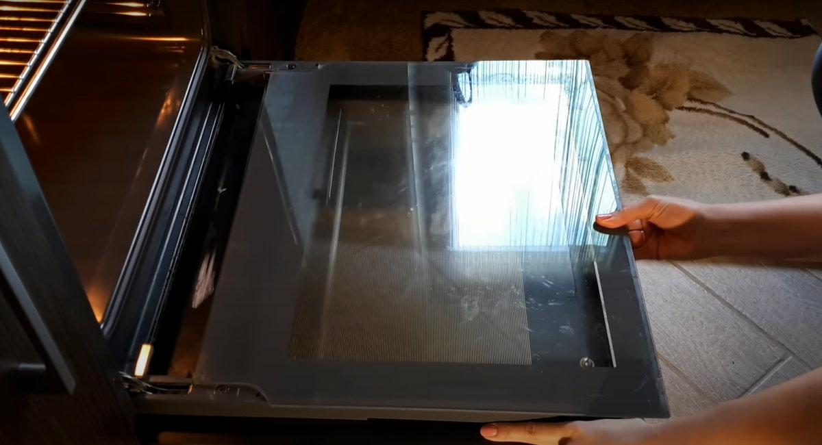 2 способа, как помыть дверцу духовки между стекол