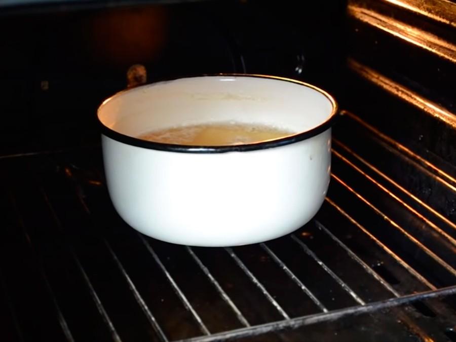Чистка духовки с помощью хозяйственного мыла
