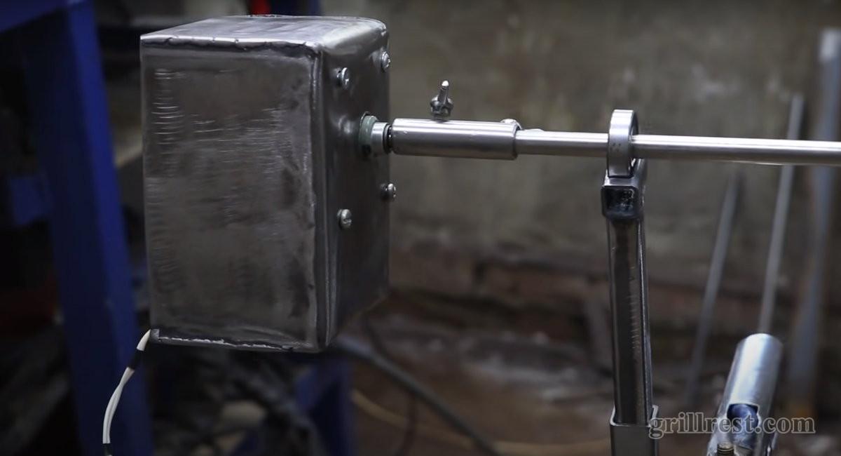 Фиксирование двигателя к вертелу