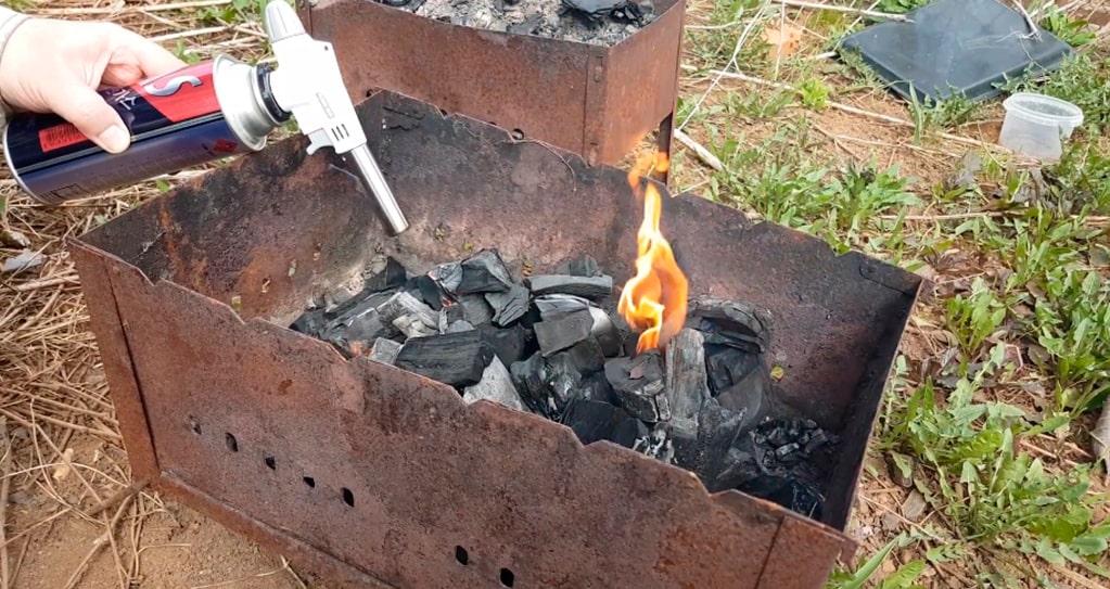 Разжигание мангала газовой горелкой.
