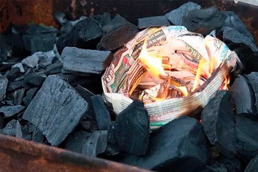 Разжечь угли газетой