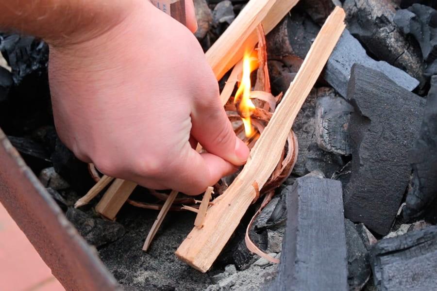 Разжечь угли щепками