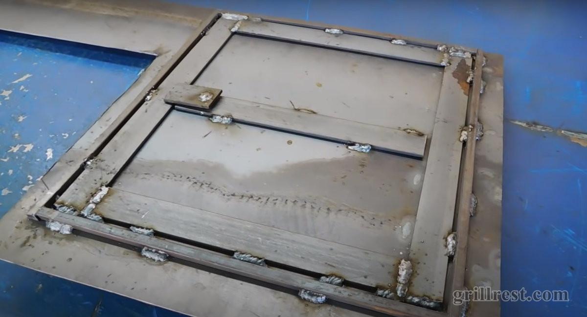 Дверца усилена металлической полоской
