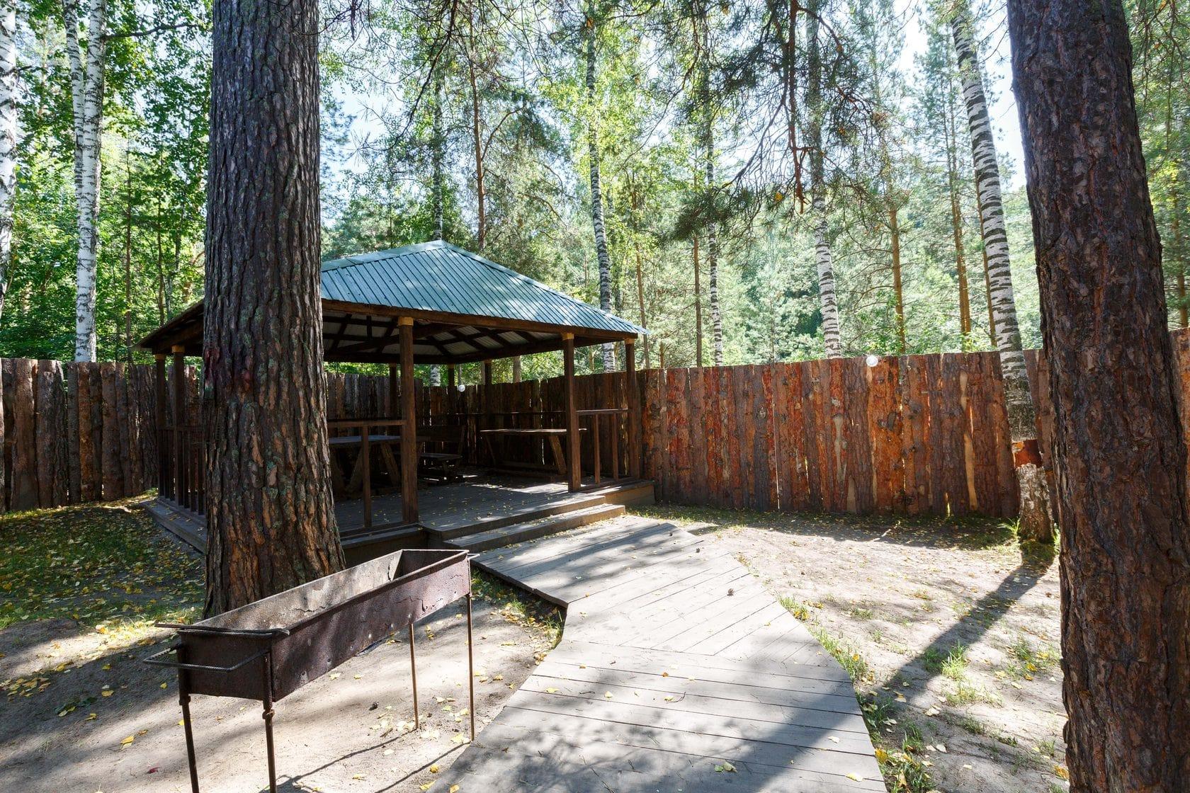 Деревянные беседки — 700 руб/час + доплата 150 р за каждого посетителя беседки, либо 3000 рублей при аренде беседки на 5 часов