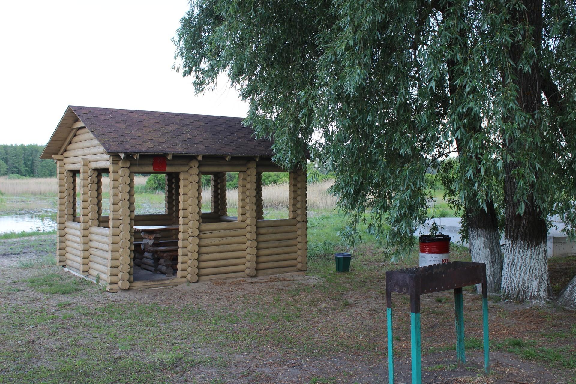 До 6-8 человек — небольшие бревенчатые беседки со столами и скамьями внутри, а также расположенными рядом мангалами