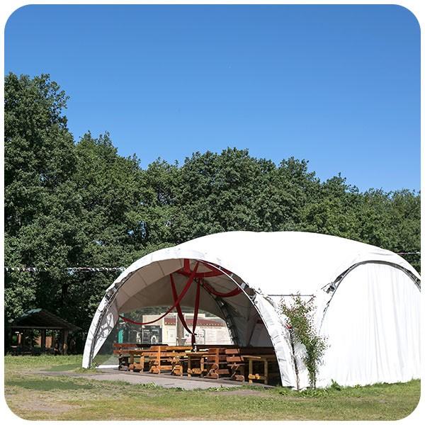 Белый шатер вместимостью до 90 человек — тент для проведения мероприятий с мебелью, фуршетной линией, освещением и электричеством, а также отоплением в зимнее время