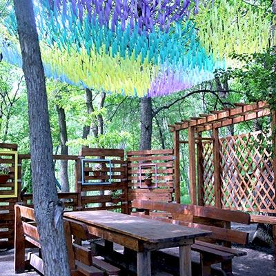 Беседка на 10-15 человек — небольшая открытая площадка со столами и скамьями, на территории есть санузел и рукомойник