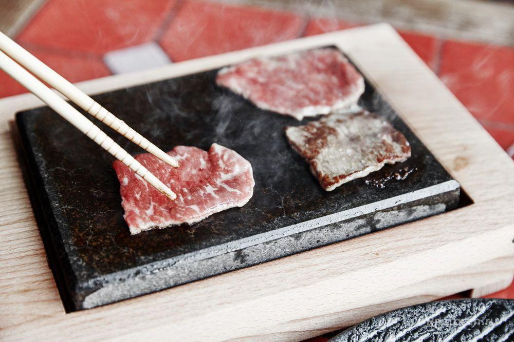 Жарка мяса на камне снятом с гриля