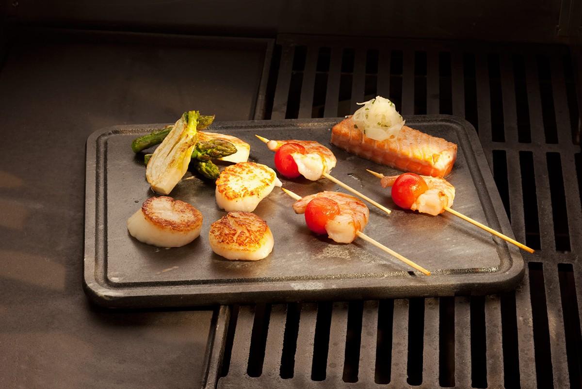 <b>Многофункциональность</b><p>В первую очередь такие камни приобретают для жарки мяса, птицы или рыбы. Однако их можно использовать и для термообработки овощей, сыра, фруктов и даже десертов. Некоторые опытные кулинары могут применять их вместо пекарских камней для изготовления пиццы или хлеба на гриле или мангале.</p>