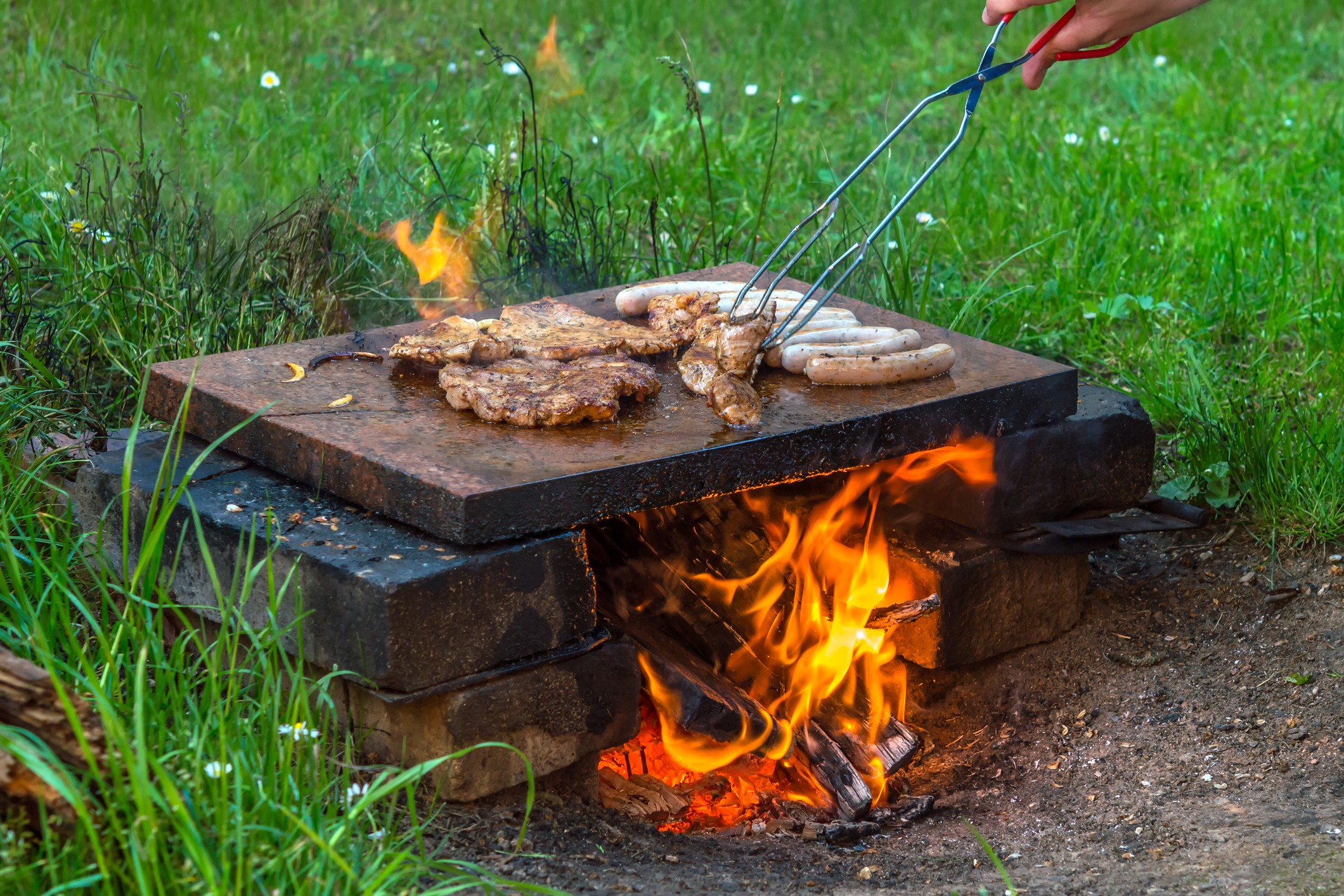 Жарка мяса на камне в походных условиях